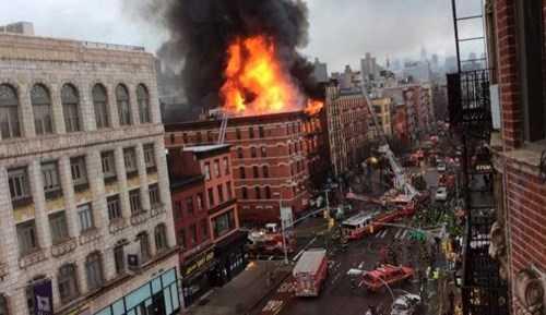 Ngọn lửa bốc cháy 4 tòa nhà chung cư ở New York hôm 26/3.