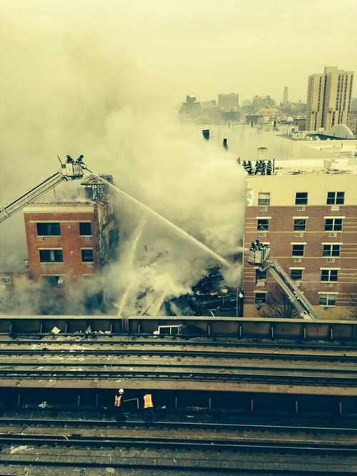 Dịch vụ tàu hỏa chở khách gần đó đã phải tạm dừng hoạt động vì những mảnh vỡ từ tòa chung cư bị sập rơi xuống đường ray.