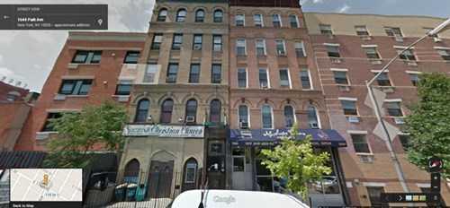 Một bức ảnh về hai tòa nhà 5 tầng (ở giữa) trên đường 116, New York trước khi chúng sập.
