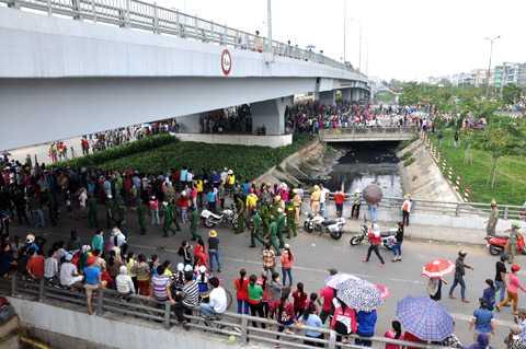 Rất đông công nhân tụ tập dưới chân cầu vượt trên đường số 7 và QL1A (quận Bình Tân). Ảnh: Phan Cường