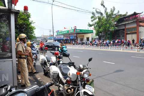 Lực lượng CSGT chốt chặn các tuyến đường chính. Ảnh: Phan Cường