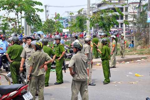 Lực lượng Công an, bảo vệ dân phố giữ gìn an ninh trật tự khu vực.                Ảnh: Phan Cường