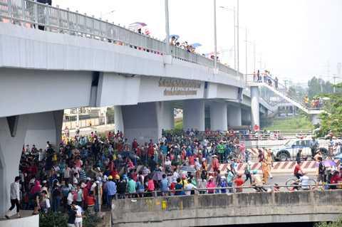 Tuyến đường QL1A thuộc quận Bình Tân bị tê liệt nhiều giờ liền. Ảnh: Phan Cường