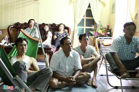 Ông Nguyễn Văn Dung (nằm võng) cùng gia đình theo dõi Tuấn Anh thi đấu tại VCK U19 châu Á. (Ảnh: Hoàng Minh)