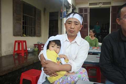 Con gái đầu chị Vân mới hơn 3 tuổi, gia đình yêu cầu bệnh viện phải có trách nhiệm hỗ trợ mỗi tháng 1.5 triệu đồng cho đến lúc cháu tròn 18 tuổi.