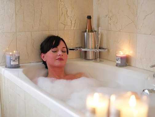 Ngâm mình trong bồn tắm vô tình tạo điều kiện cho               vi khuẩn có hại tấn công vùng kín.