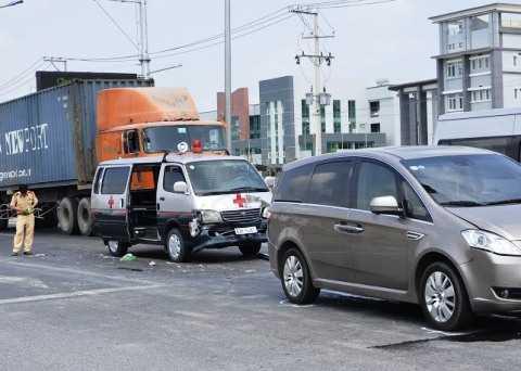 Hiện trường xe cứu thương gây tai nạn liên hoàn