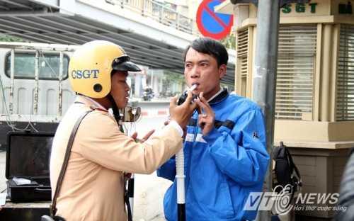 CSGT kiểm tra nồng độ cồn người điều khiển phương tiện giao thông (Ảnh: Minh Chiến)
