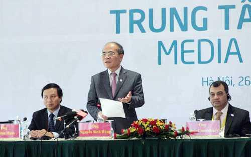 Chủ tịch Quốc hội Nguyễn Sinh Hùng điều hành phiên họp báo chiều 1/4 (Ảnh: VOV)