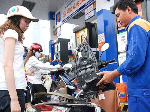 Việc giá xăng tăng cũng khiến dư luận lo lắng