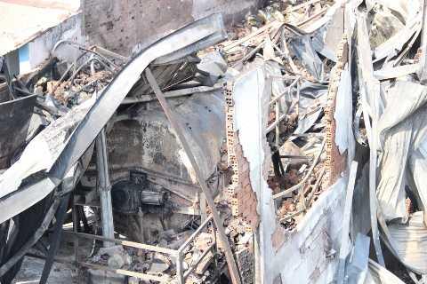 Toàn bộ tài sản trong nhà xưởng, nơi sản xuất nệm mút bị lửa thiêu rụi hoàn toàn