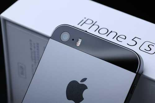 iPhone 5S vẫn được Apple sản xuất và bán ra thị trường cùng iPhone 6 và 6 Plus, nhưng loại hàng mới không còn được chuộng nhiều vì giá cao.