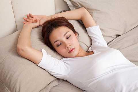Những người nằm ngửa khi ngủ ít có nếp nhăn hơn vì không có áp lực trên khuôn mặt.