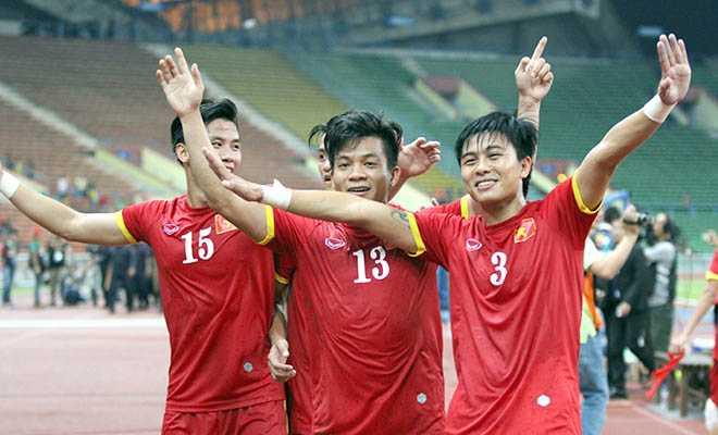Mạnh Hùng và đồng đội ăn mừng cùng U23 Việt Nam