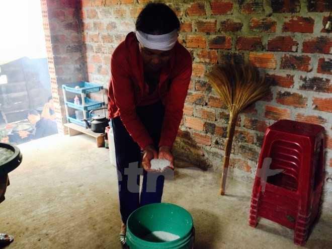 Để làm tang cho cha, chồng mình, những người góa phụ đất Quảng Bình phải đi vay từng lon gạo.