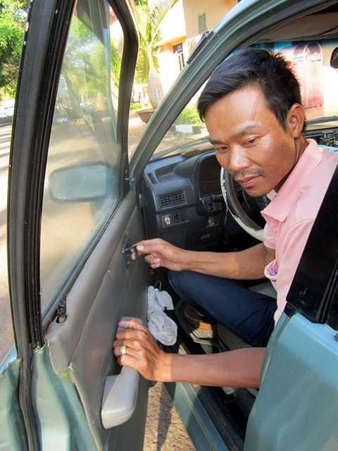 Thao tác mở cửa ôtô đúng của tài xế: tay trái giữ nắm cửa, tay phải kéo mở khóa... - Ảnh chỉ có tính chất minh họa: T.V.N.