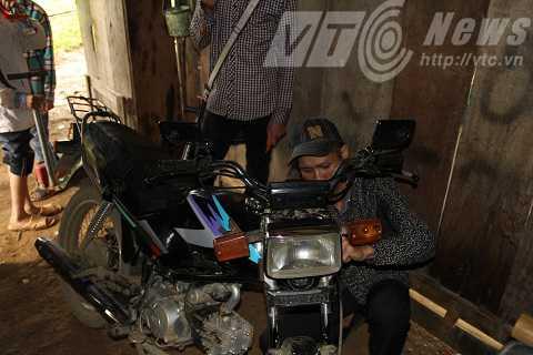 Bên cạnh việc sửa chữa đồ điện, Tuân còn sửa được cả xe máy dù không học hành gì