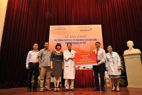 VietinBank bàn giao các thiết bị y tế cho Bệnh viện Việt Đức