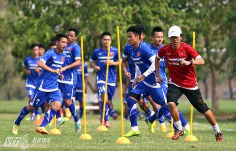 Miura đang truyền tinh thần, cách làm việc của người Nhật tới các cầu thủ Việt Nam (Ảnh: Quang Minh)