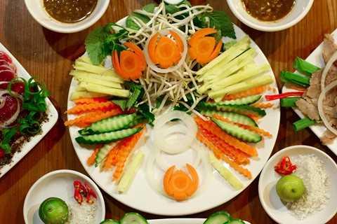 Một chút rau giá, dứa, cà rốt, vài ba lát dưa chuột,…