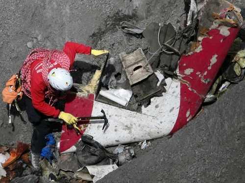 Đội tìm kiếm thu thập được 40 chiếc điện thoại di động bị hư hỏng nặng ở hiện trường vụ tai nạn