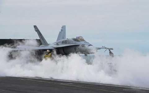 Một chiếc F-18 của Mỹ hạ cánh xuống tàu sân bay USS  Theodore Roosevelt