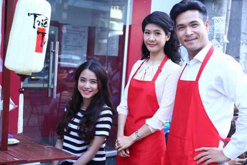 Huỳnh Lý Đông Phương cũng có mặt trong buổi khai trương để phụ giúp bạn trai buôn bán