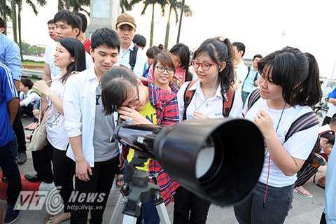Hàng trăm người tập trung cùng nhau quan sát hiện tượng nguyệt thực toàn phần ở Hà Nội (Ảnh: Việt Linh)