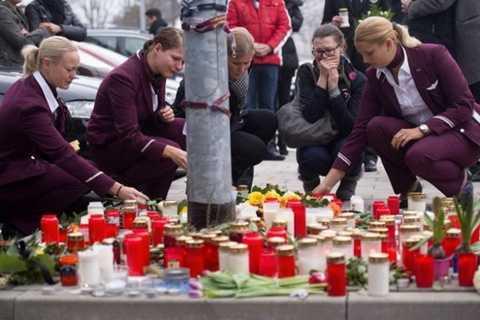 Các nữ tiếp viên Hãng Germanwings thắp nến chia buồn với nạn nhân tại sân bay Dusseldorf - Ảnh: AFP