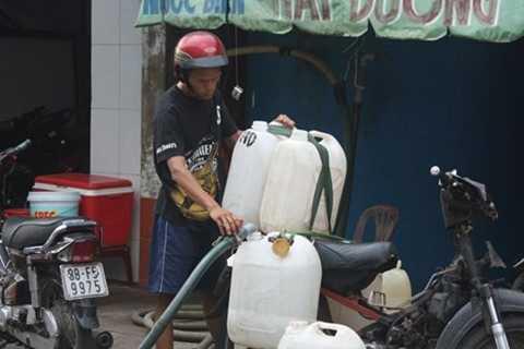 Những can nước biển được chở đến nhiều cửa hàng hải sản trong thành phố