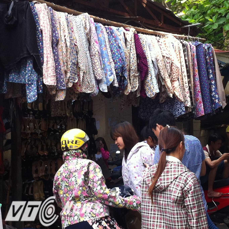 Khu vực bán váy áo chống nắng luôn đông khách vào chọn mua hàng - Ảnh: Huyền Trân