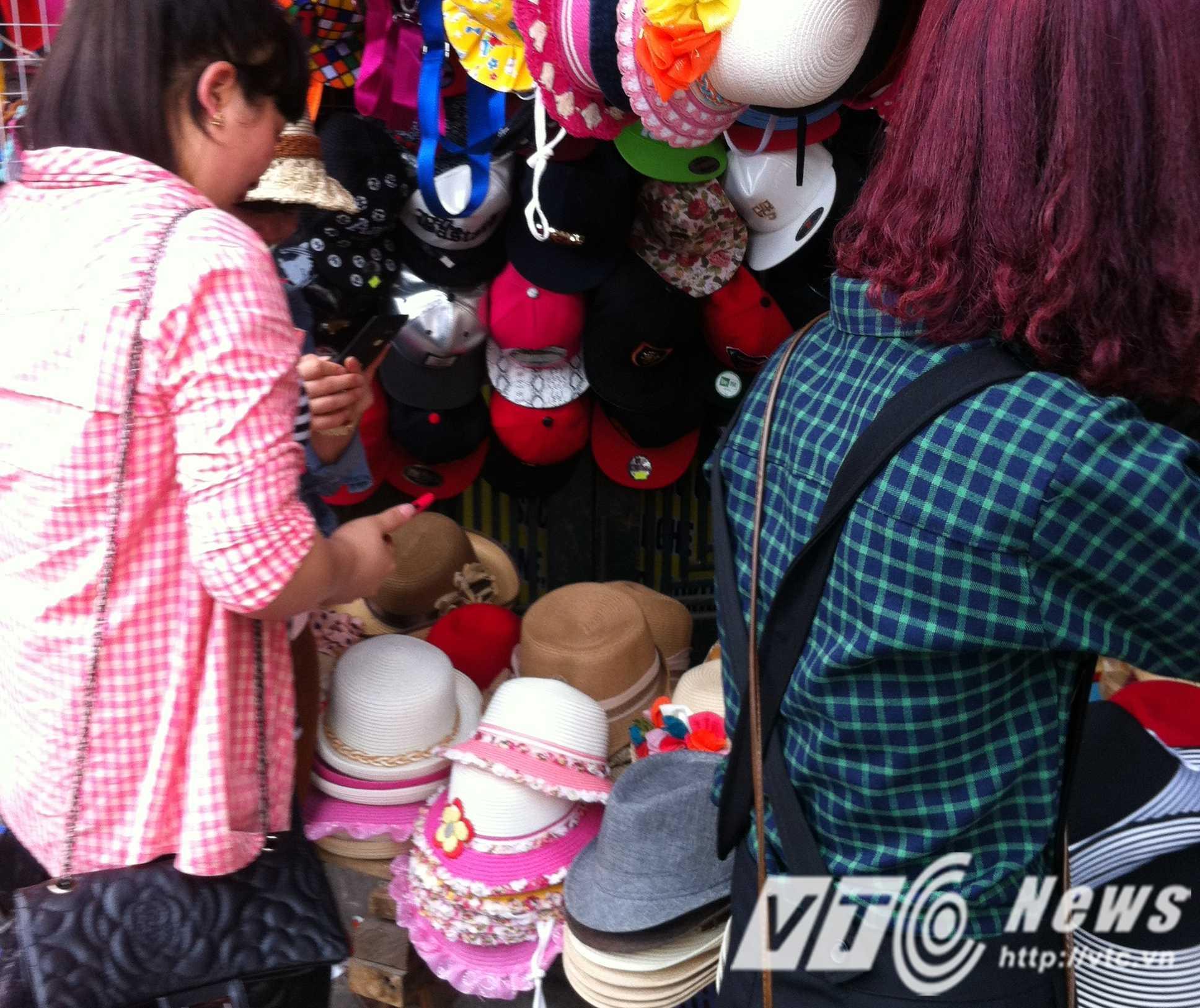 Các bạn sinh viên chủ yếu hay mua mũ và ô để che nắng vì phải đi bộ nhiều - Ảnh: Huyền Trân
