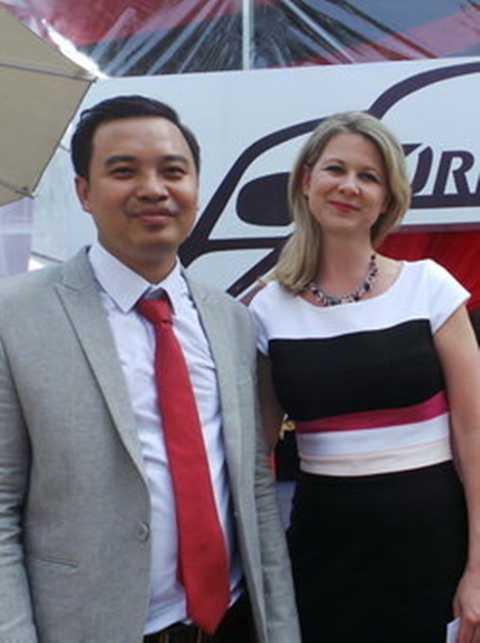 Bà Aimee Symington (bên phải) - diễn giả đến từ Mỹ,              người đã từng tham gia nhiều dự án tại ban thư ký Nhà Trắng, Mỹ chia sẻ              về Phong thái xe sang với các doanh nhân tại TP.HCM - Ảnh: H.Như
