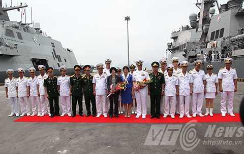 Sáng 6/4, 2 chiến hạm của Hải quân Hoa Kỳ cùng gần 400 thủy thủ đoàn đã cập cảng Tiên Sa, Đà Nẵng