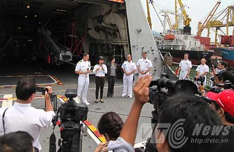 Đại tá Lê Bá Hùng, Phó Chỉ huy Biên đội tàu khu trục số 7, Hạm đội Thái Bình Dương tại buổi họp báo trên tàu
