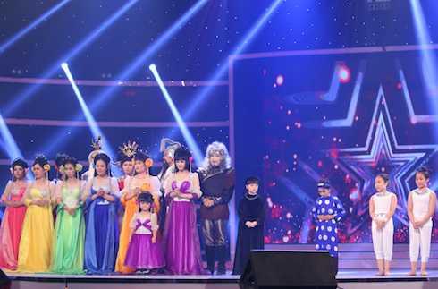 Top 4: Nhóm Chuồn Chuồn Giấy, bé Ngô Phương Bích Ngọc, bé Nguyễn Đức Vĩnh, cặp vũ công nhí Gia Linh - Gia Bảo.