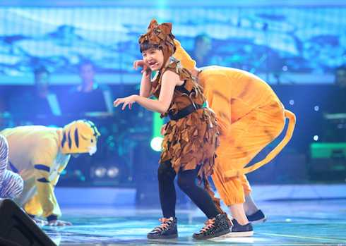 Con gái ca sỹ Trang Nhung đem đến liên khúc 'Hồng hồng tuyết tuyết - Nắng có còn xuân - Yêu đời' đầy biến hóa.