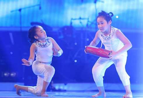 Cặp vũ công nhí song sinh Gia Linh - Gia Bảo đem đến tiết mục múa dân gian              kết hợp nhảy dancesport 'Trống cơm'.