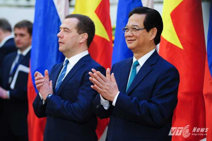 Thủ tướng Nguyễn Tấn Dũng và Thủ tướng Medvedev gặp gỡ báo chí sáng 6/4 tại Văn phòng Chính phủ - Ảnh: Tùng Đinh