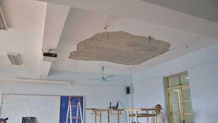 Vữa trên trần nhà bị lở đang được sửa chữa. Ảnh: Thanh Hà.