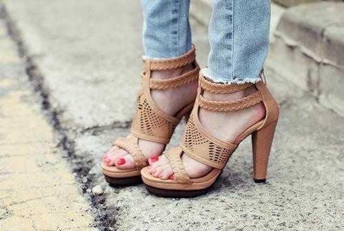 Ngày nay, những đôi giày cao gót được xem là bạn đồng hành của nữ giới.