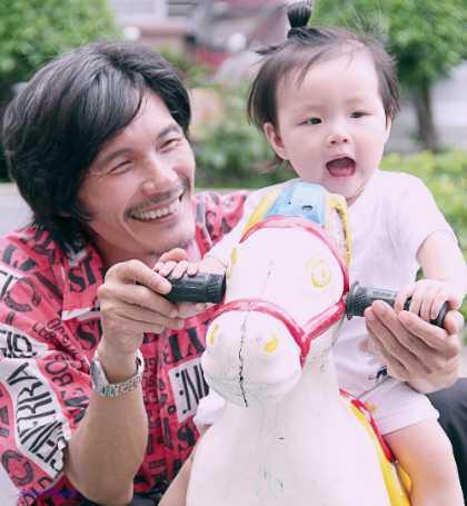 Nghệ sĩ Công Ninh cũng cảm thấy cuộc đời ý nghĩa hơn những lúc nhìn con gái chơi đùa.