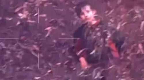 Đội tìm kiếm phát hiện ra cậu bé nấp sau bụi cây trong rừng