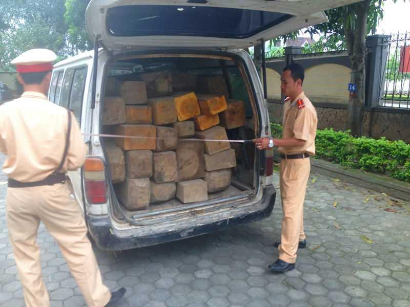 Lực lượng CSGT kiểm đếm số gỗ lậu.