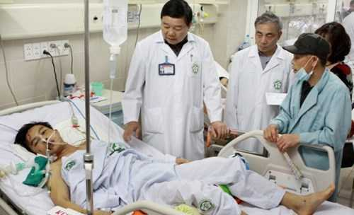 Bệnh nhân Cao Xuân Hòa được các y, bác sĩ của Bệnh viện Bạch Mai tích cực điều trị trước đó.