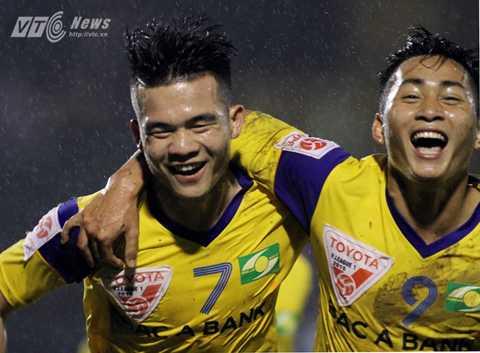 Hoàng Thịnh và Tuấn Tài ăn mừng bàn thắng vào lưới Thanh Hóa