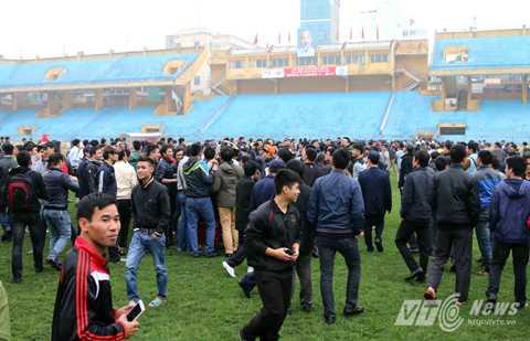 Vỡ sân Hàng Đẫy trận giao hữu U23 Việt Nam- Hà Nội T&T
