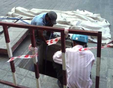 Sau tai nạn bất ngờ, đơn vị thi công đã cho nhân viên đậy nắp hố ga