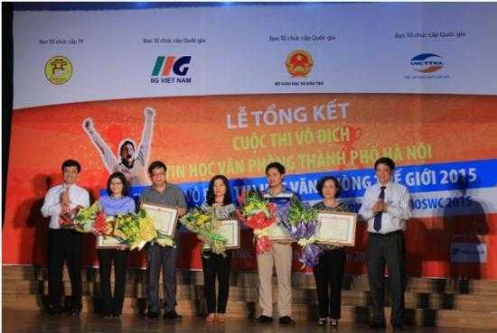Thí sinh đạt Giải Nhất ba nội dung nhận Giấy khen và phần thưởng từ Ông Phạm Xuân Tiến – Phó GĐ Sở GD&ĐT Hà Nội (ngoài cùng bên phải) và Ông Đoàn Hồng Nam – Chủ tịch IIG Việt Nam (ngoài cùng bên trái)