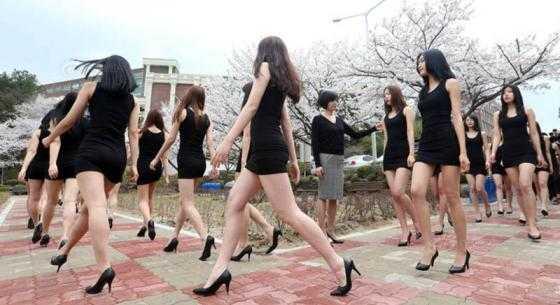 Khi những hình ảnh về buổi catwalk của những nữ sinh thực tập người mẫu này được đăng tải, ngay lập tức đã thu hút được nhiều sự chú ý.